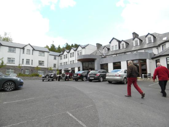 Twin Trees Hotel: View of the front of the hotel.