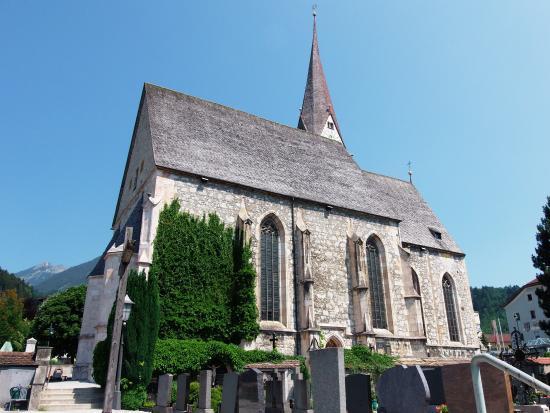 Jenbach, النمسا: St. Wolfgang und St. Leonhard Kirche in Jenbach, Ansicht vom Friedhof