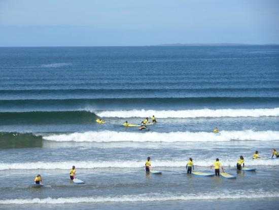 Rossnowlagh, Irlande : Kids lessons in full swing.