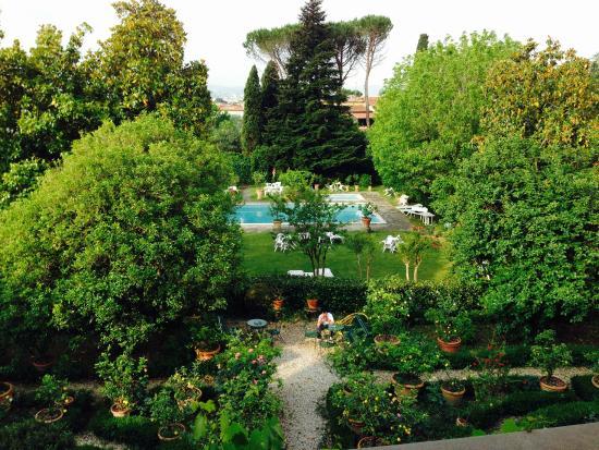 Villa Villoresi: La vista del parco di limoni dalla loggia