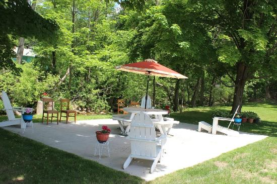 Williamstown, MA: outdoor sitting area..