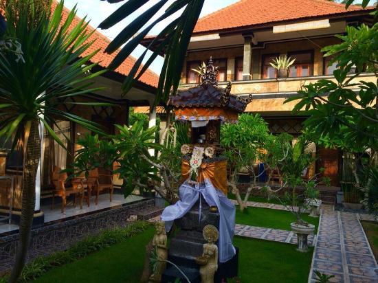 Arya Inn Lembongan: Храм на территории
