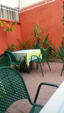 Golfe Hotel : Table près de la piscine où est servi le petit déjeuner
