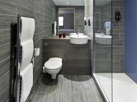 Village Hotel Glasgow: Large Walk in Shower