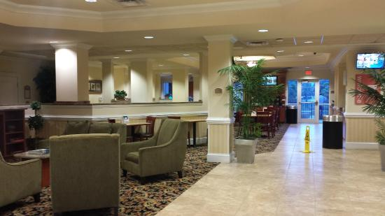 Comfort Suites Valdosta: View as you walk into the hotel, the check-in desk is on the right