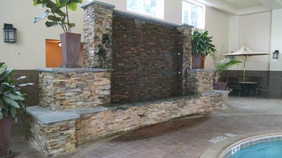 Holiday Inn Resort Lake George: The fountain in the indoor pool area
