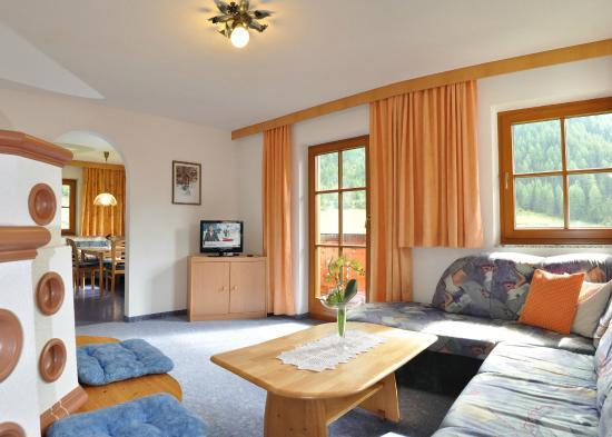 großes Wohnzimmer mit Südbalkon - Picture of Haus Larchenwald ...