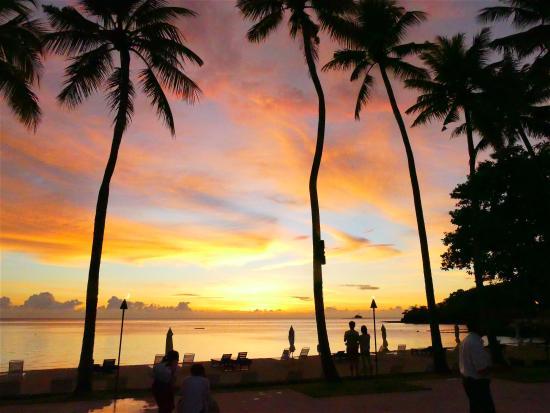 Palau Pacific Resort: 美麗的晚霞映照酒店海灘
