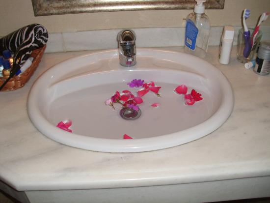 Remi Hotel: Blütenblätter im Bad