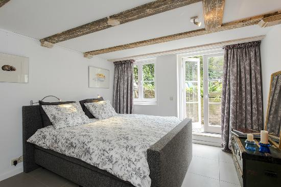 Bed&Guide: Suite, bedroom, at the garden, in the basement