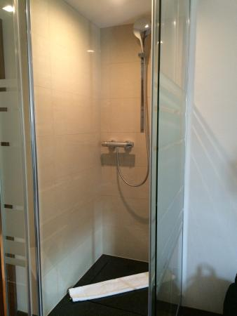 Dusche Mitten Im Raum unser comfortzimmer mit der dusche mitten im raum picture of
