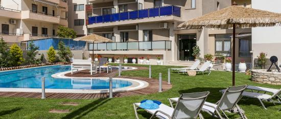 Leonidas Hotel & Apts: POOL SIDE