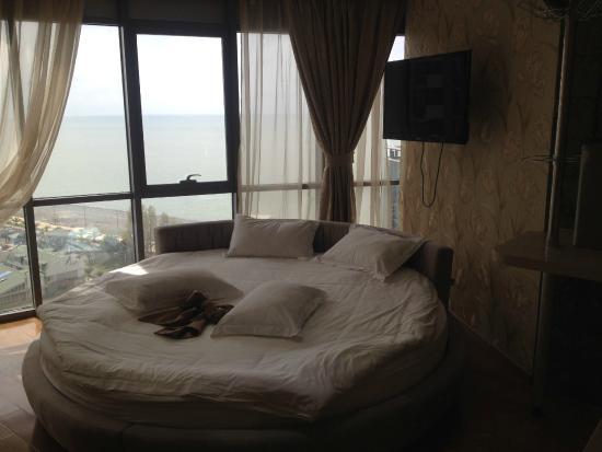 Grand Royal Hotel: кровать в отеле