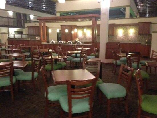 Drury Inn & Suites St. Louis Convention Center: The FREE food area. Quiet and Nice