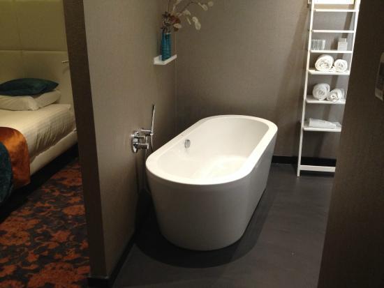 Erg mooie badkamer met luxe ligbad - Foto van Van der Valk Hotel ...