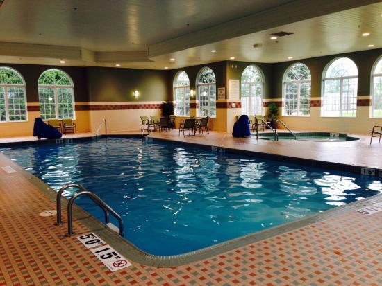 Holiday Inn & Suites Milwaukee Airport : Pool and hit tub