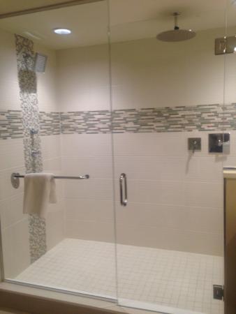 Cincinnati Marriott North: New walk-in shower