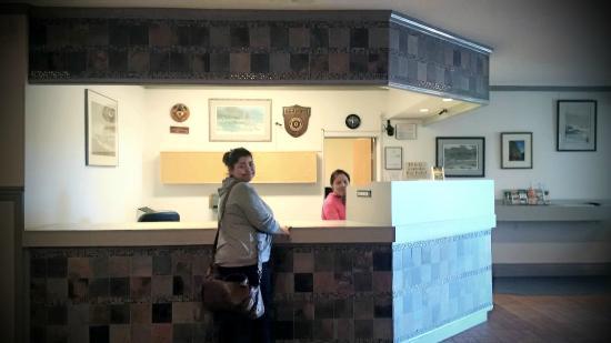 Port Hardy Inn: Front Desk
