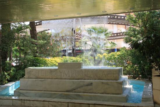 Olympus Palace: Замечательный фонтан у входа в отель