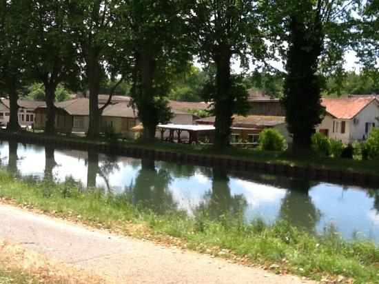 Fourques-sur-Garonne, Frankrijk: View from across the canal