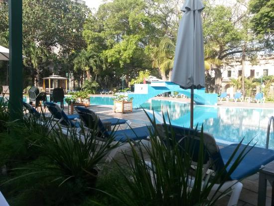 Mercure Sevilla La Habana: pileta / zona de desayuno