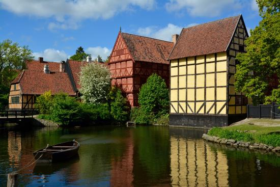Den Gamle By: Grounds