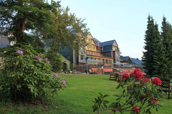 Hotel Gabelbach: Hotelansicht vom Park im Juni
