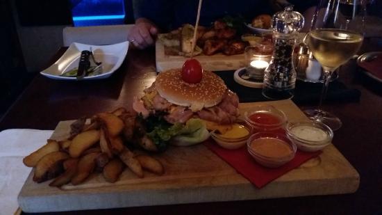 Brasserie Traube: Giant Burger