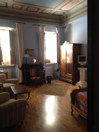Bed & Breakfast La Romea: Grand ceilings in this room!