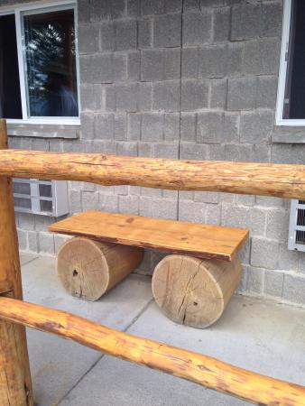 Eagle's Nest Motel: Rustic benches to relax & enjoy the view