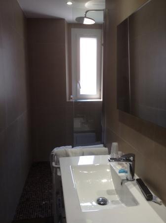 Hotel Durante: Bathroom (shower & vanity)