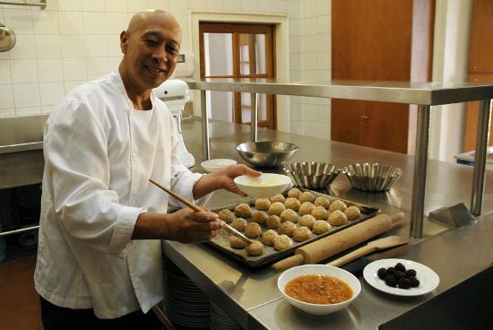 Hotel La Casona de Tita: Don Victor preparando el pan para el desayuno