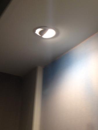 Courtyard Scranton Wilkes-Barre: Light dripping water
