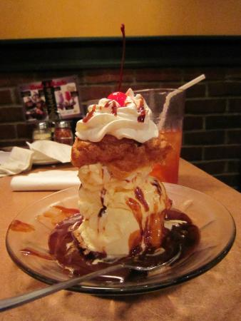 Buddy's Pizza-Detroit: Hot fudge cream puff