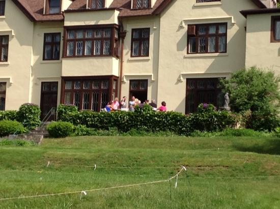 Seven Hills Inn: Pre wedding celebration on back lawn, perfect!
