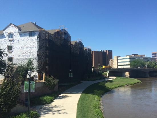 Country Inn & Suites By Carlson, Sioux Falls: river side - notice netting that is covering the scaffolding