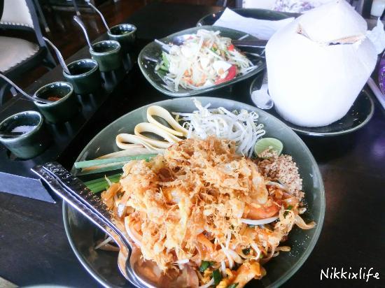 Thai crabmeat and shrimp omelette; Pad Thai - Picture of Nara Thai ...