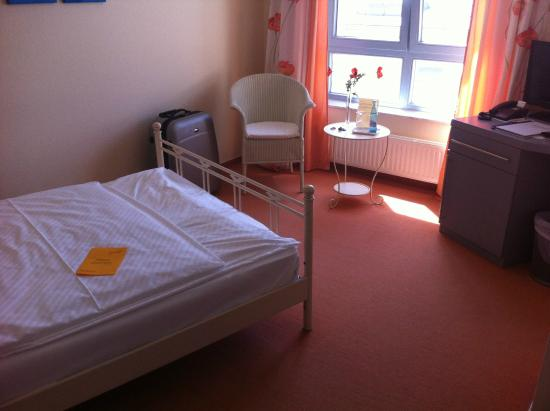 Schlafgut : Bright room, uncomfortable bed