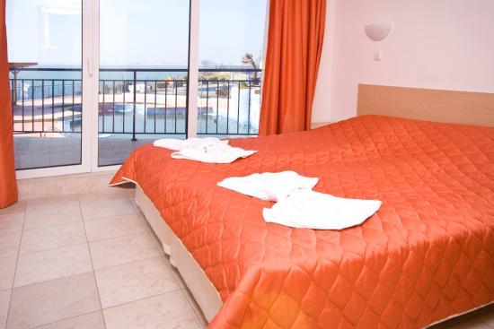 Vega Village: спальная комната в номере