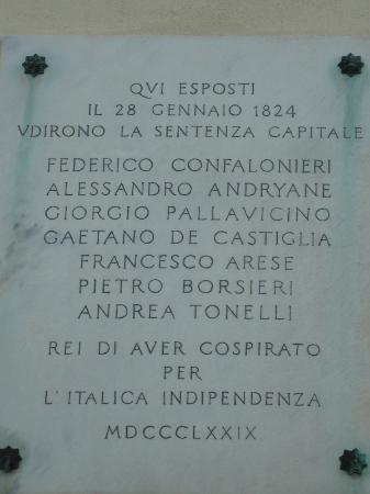 Palazzo del Capitano di Giustizia: Lapide che ricorda i patrioti condannati a morte nel 1824