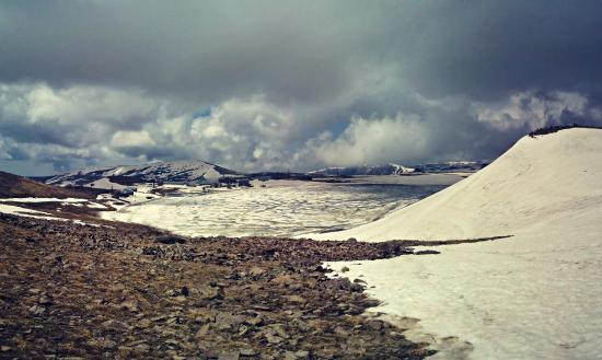 Byurakan, Armenien: Kari Lake in June at Aragats Alpine State Sanctuary