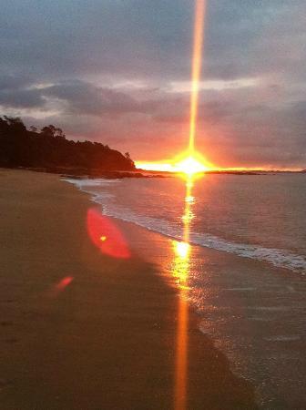 Cable Bay, Yeni Zelanda: Sun setting as we walked along the beach