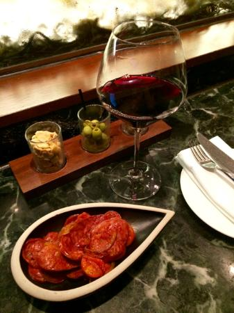 Tapas Bar : Chorizo and wine