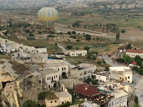 Fairyland Cave Hotel: Hot air baloons viewed from hotel
