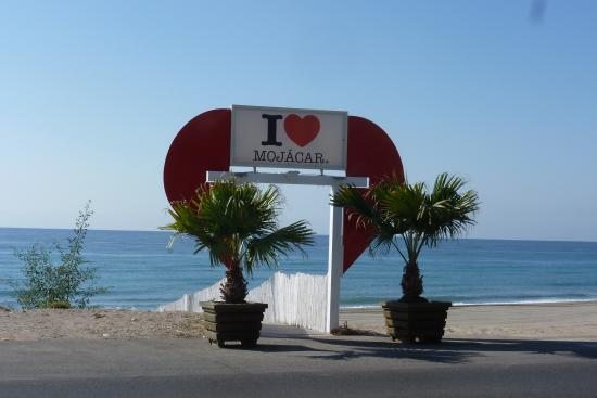 Mojacar, Espagne : road to right beach frontof best indalo hotel