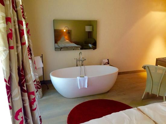 Hotel La Villa : Beautiful room. Bath looks great at the end of the bed, if a little odd.