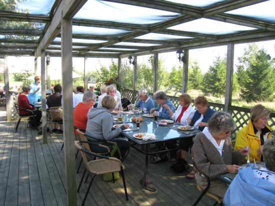 Duke Of Marysburgh Pub: lunch on the screen-in deck
