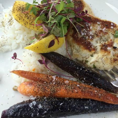 Boalsburg, Pensilvania: Crab Cakes w/ heirloom carrots