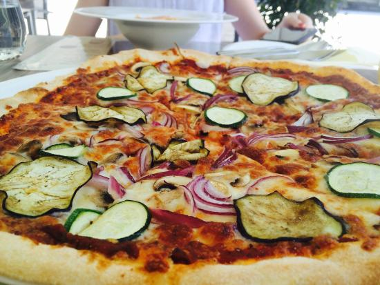 Oinos WineBar Bistrot: Veg pizza with onions, mushroom, tomatoes, eggplant, zucchini.