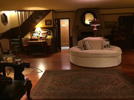 Strawberry Creek Inn: Main living room